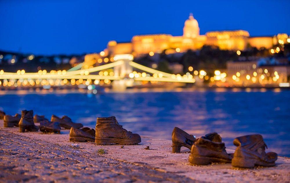 کفش های ساحل دانوب مجارستان Shoes on the Danube Bank - بلیط چارتر ارزان نخفیف دار و لحظه آخری هواپیما به مجارستان